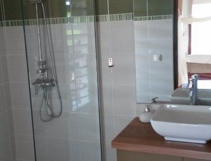 Belle salle de bain avec douche, villa Jacaranda - Location Villa à Marie Galante