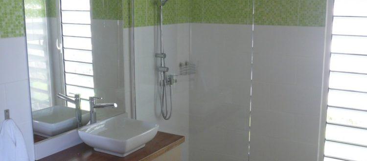 Grande salle de bain avec douche de la villa Coccoloba - Location Villa à Marie Galante